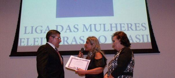 Foto embaixador - recendo diploma da LIBRA - 12-05-16